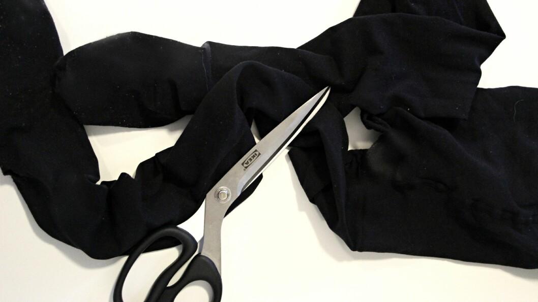 LAG EN SHORTS: Det er deilig å bruke både skjørt og kjole om sommeren, men bakdelen er at lårene fort kan begynne å gnisse. Vi tar derfor den hullete strømpebuksen vi har liggende i skuffen og klipper den til et par shorts! Foto: KK.no