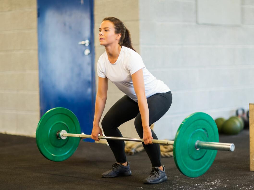 MARKLØFT: Markløft er en øvelse der du bruker store deler av kroppen. Den er i tillegg god trening for magen.  Foto: Tyler Olson - Fotolia
