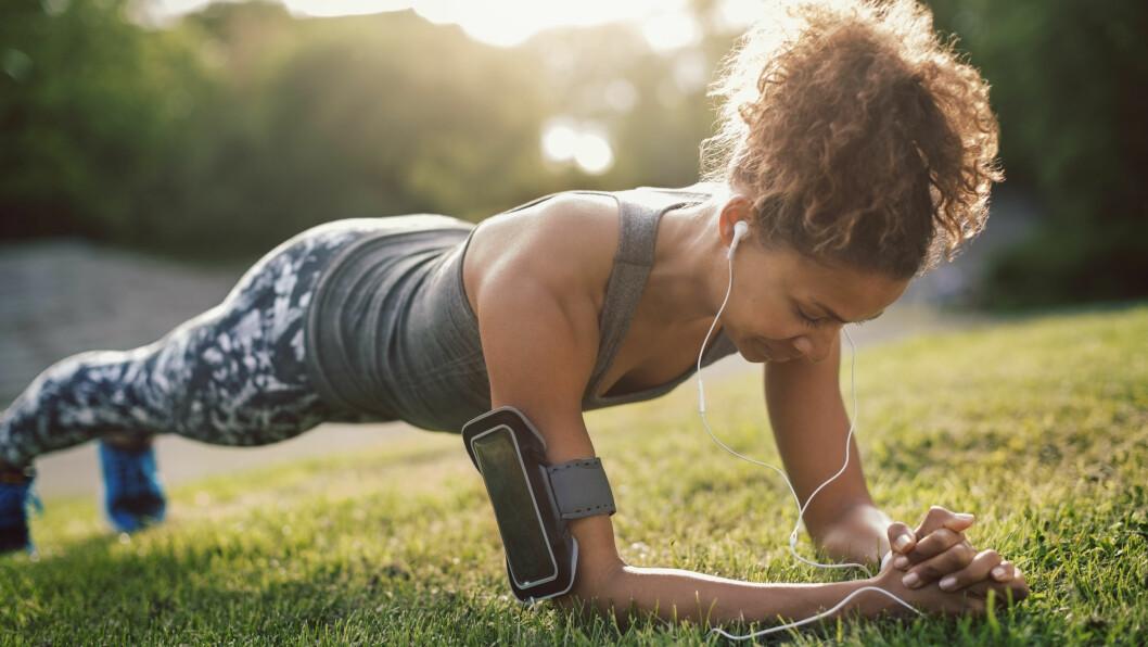 FASTERE MAGE? Vi har samlet tre effektive øvelser som hjelper deg å bli kvitt magefettet.  Foto: Maskot