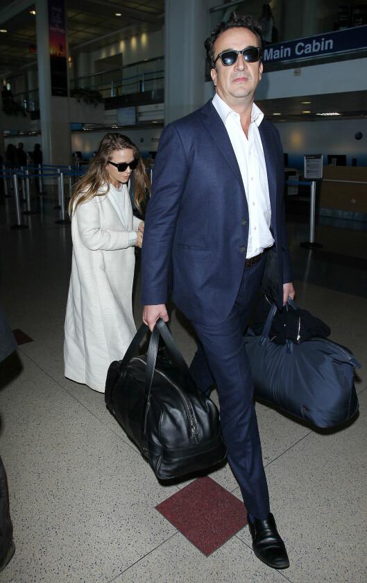 I MARY-KATE'S FOTSPOR: Mary-Kate (30) giftet seg med businessmannen, Olivier Sarkozy (47), og nå ser det ut som at lillesøster gjør det samme. Her er Olsen og Sarkozy på Los Angeles International. Foto: Broadimage