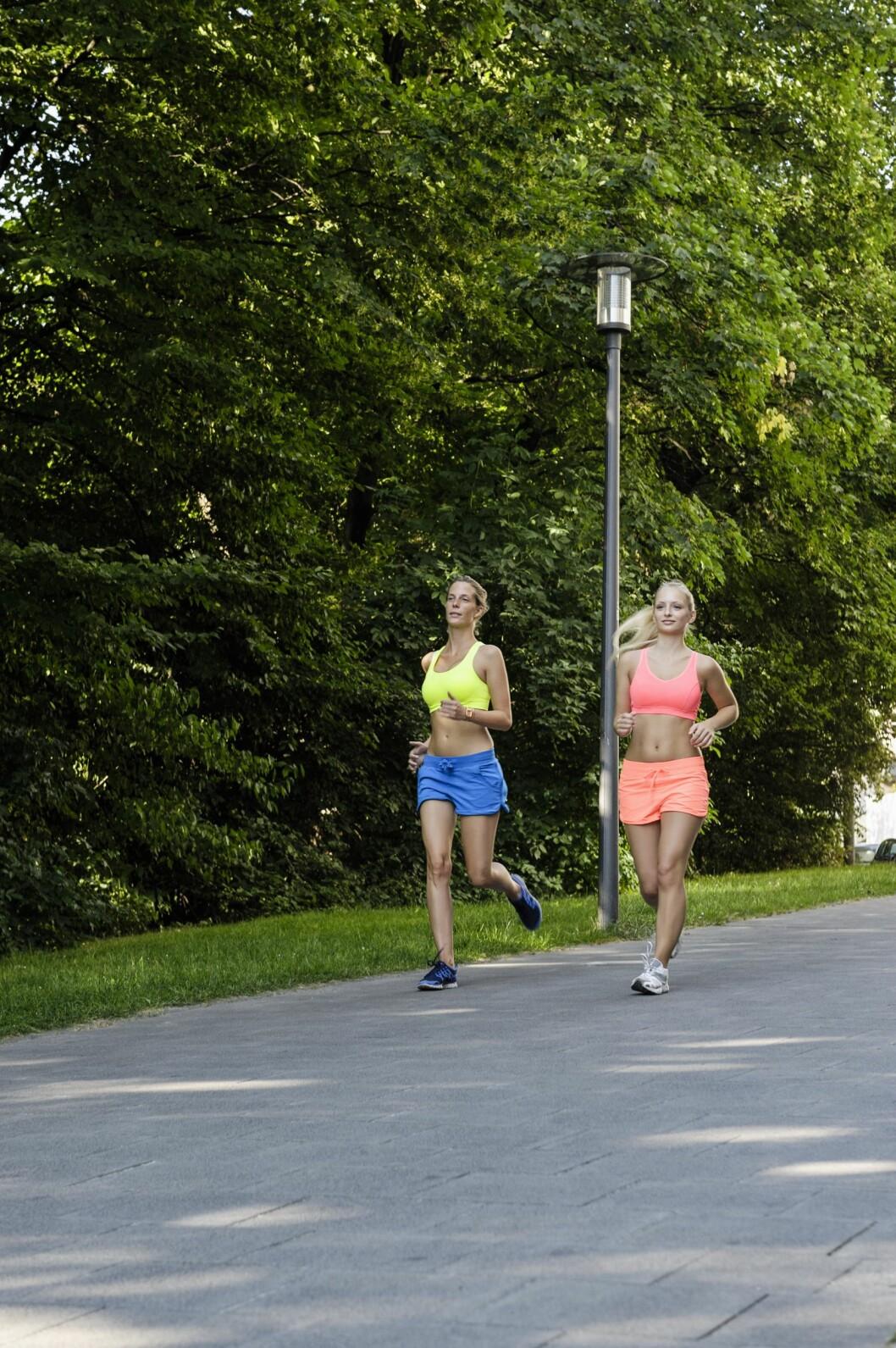 HARDT: Asfalt er det desidert hardeste underlaget du kan løpe på, og særlig nybegynnere bør være forsiktig for å unngå skader. Foto: (c) suedhang/Corbis/All Over Press