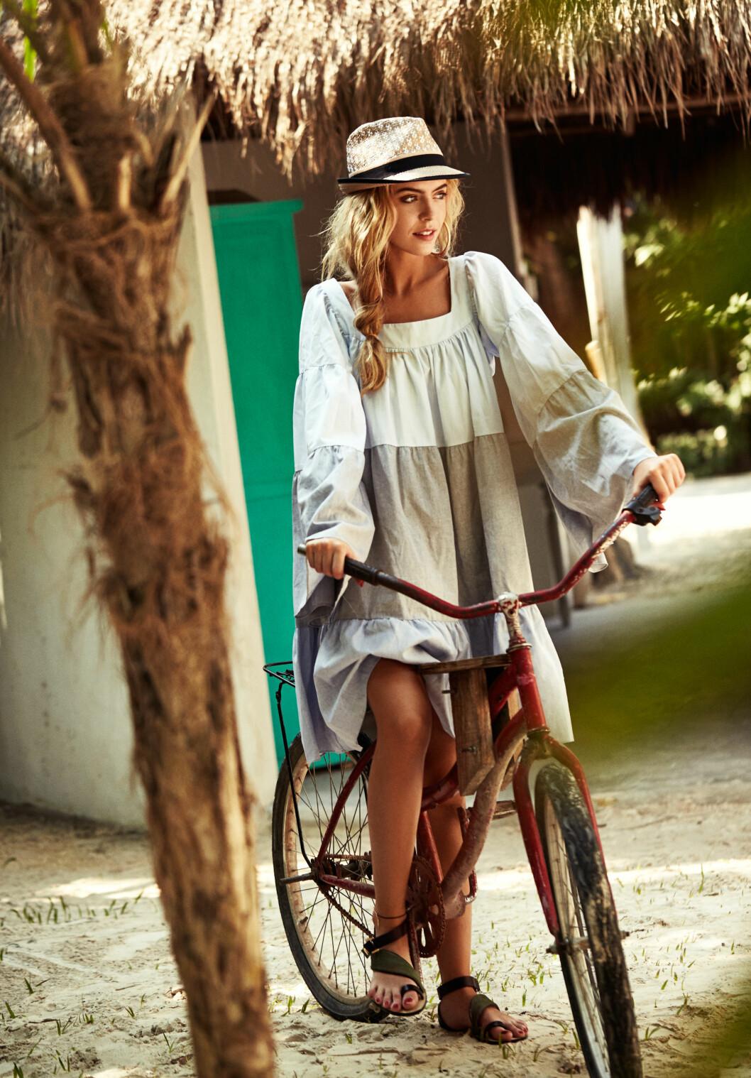 Kjole fra Lisa Meriw Fernandes via Mytheresa.com, kr 4900. Hatt fra Style Butler, kr 599. Sandaler fra By Malene Birger, kr 2600.  Foto: Lasse Wind