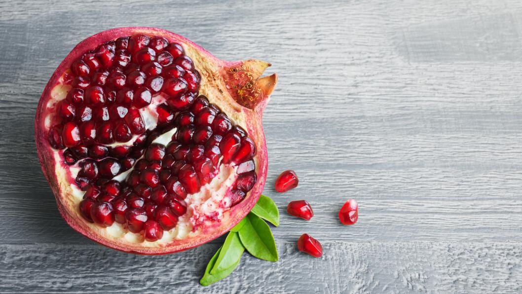 GRANATEPLE: Visste du at granatepler er proppfulle av vitaminer og antioksidanter? Faktisk inneholder granatepler 10 ganger mer antioksidanter enn appelsiner.  Foto: Shutterstock / Lev Kropotov