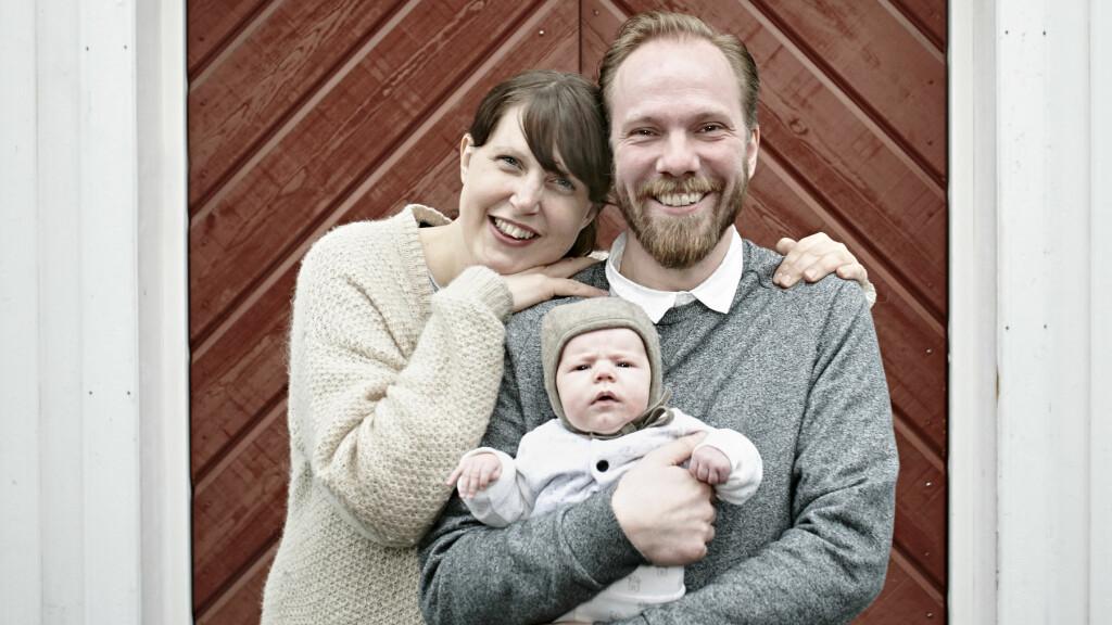 DEN MODERNE FAMILIEN: Anne og Tomas deler nesten alt, bortsett fra seng. Her bor de med datteren Hedvig, sammen, som en familie.  Foto: Geir Dokken