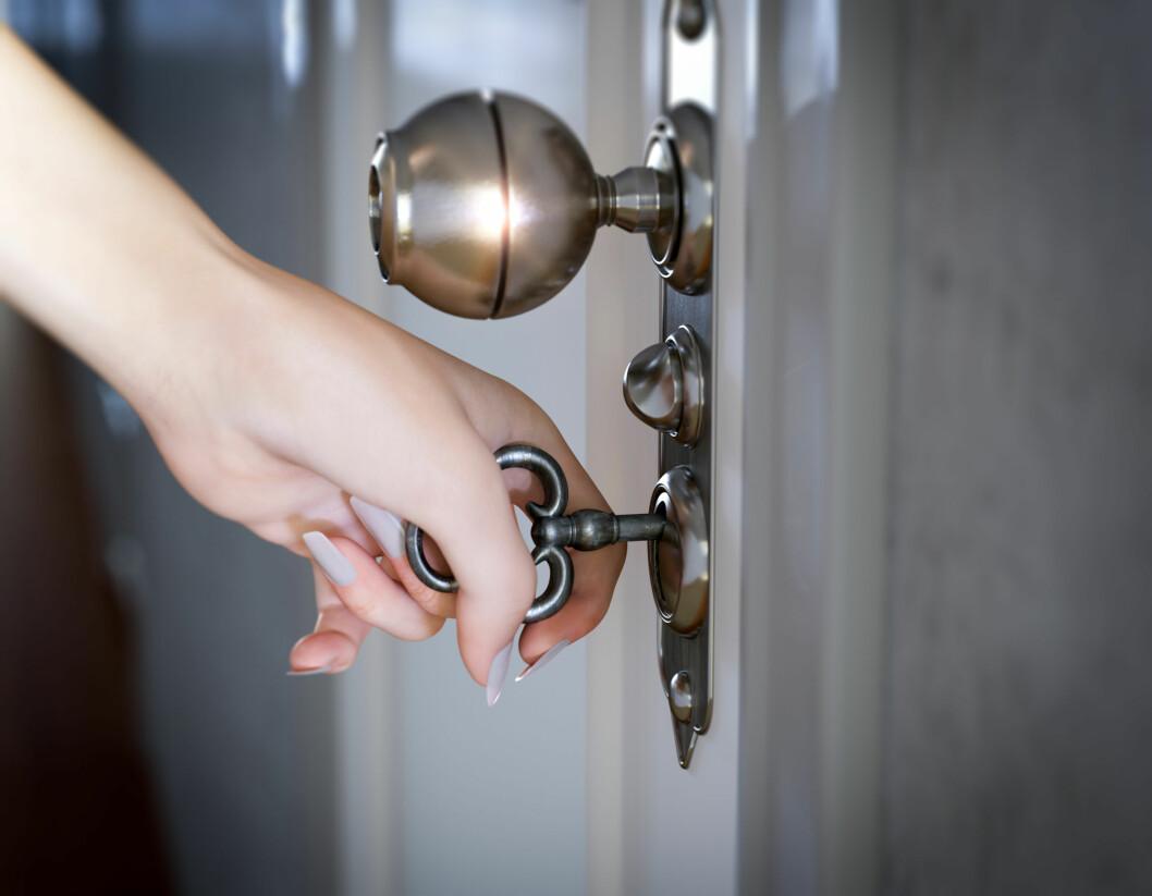 REDD FOR INNBRUDD: Føler du at du er nødt til å gå bort å dobbeltsjekke at ytterdøren er låst, selv om du vet at du har låst den? Det er slett ikke uvanlig. Foto: Shutterstock / denisgo
