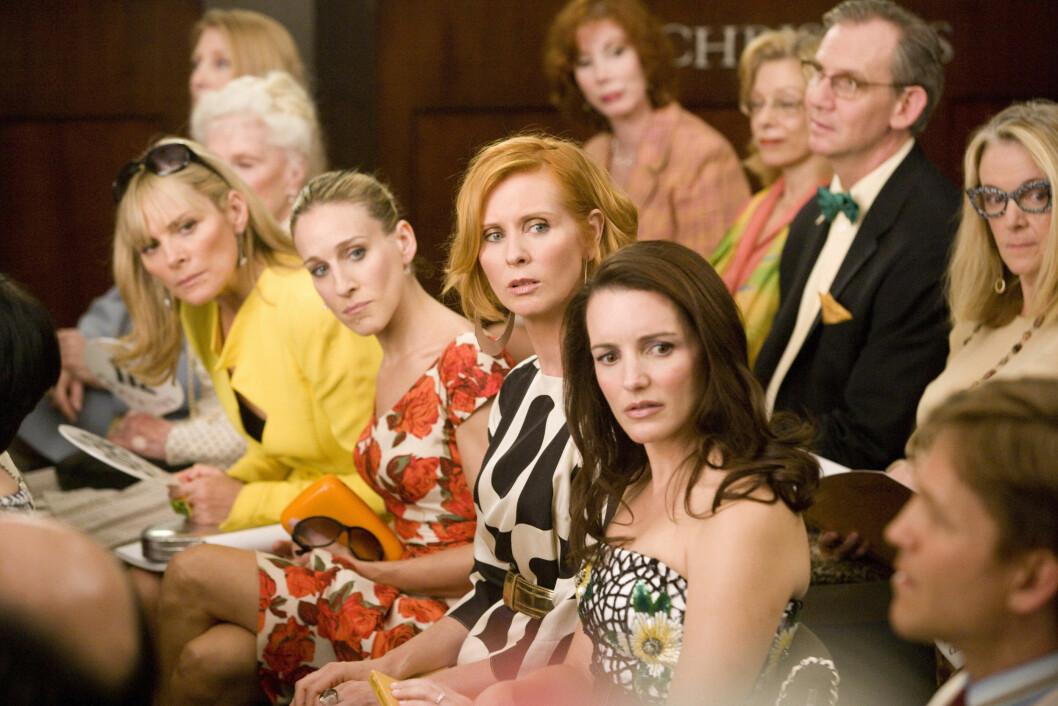 <strong>I BURDRUNDE:</strong> Denne scenen er hentet fra den første filmen hvor Samantha Jones (Kim Cattrall) skal kjøpe seg en ganske så dyr blomsterring. Foto: Mary Evans Picture