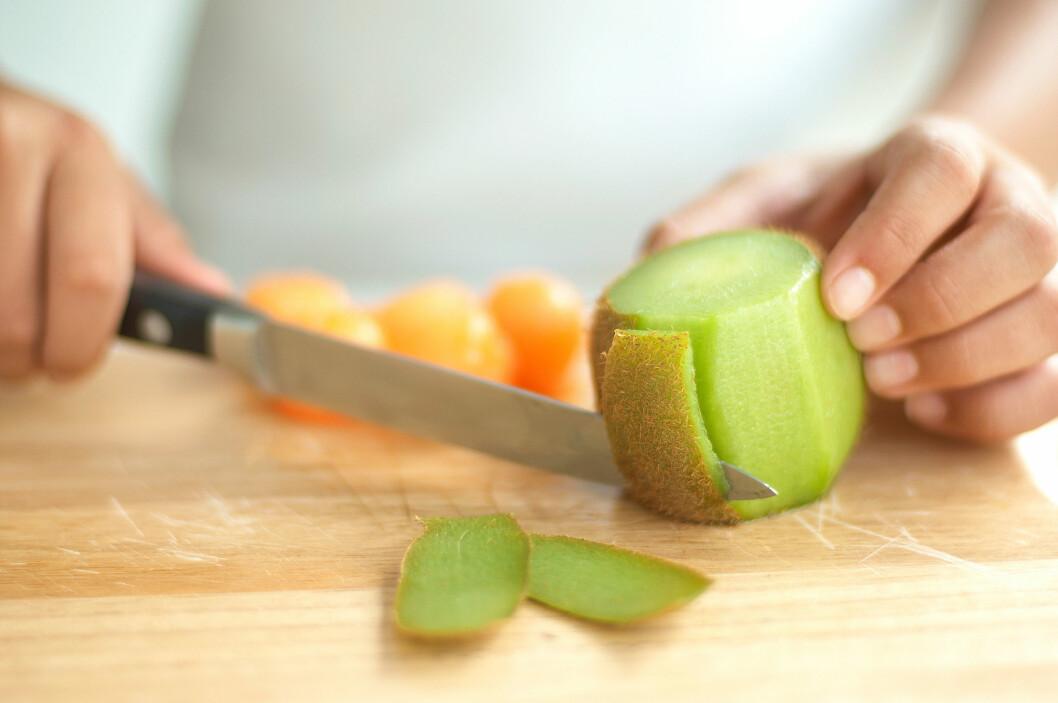KIWI: Bare én kiwi dekker behovet ditt for vitamin C, og det er faktisk ikke så dumt å spise skallet mens du er i gang.  Foto: dk / Alamy/All Over Press