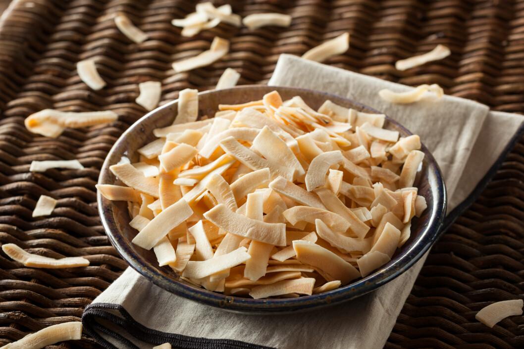 KOKOS: Kokos inneholder mye fett, så kokosnøttchips inneholder altså en god del mer kalorier enn en vanlig potetgullpose. Foto: Shutterstock / Brent Hofacker