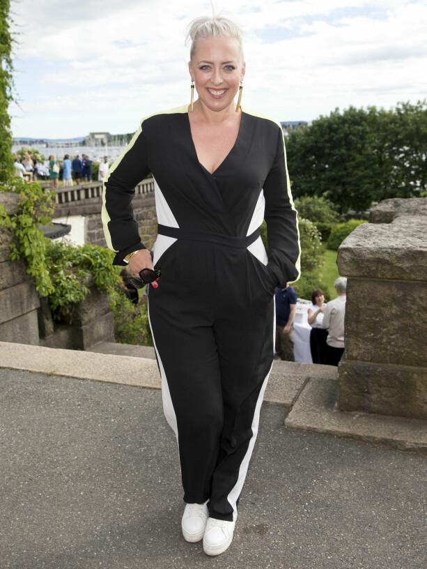 JUMPSUIT: Mona B. Riise ankom i en stilig svart jumpsuit. Foto: Andreas Fadum / Se og Hør