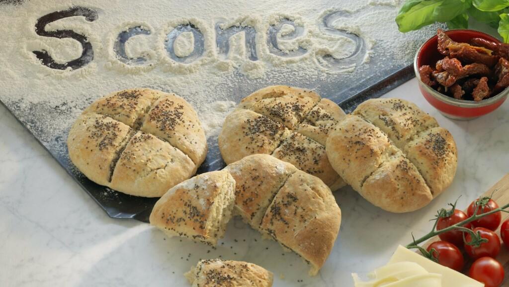 SCONES TIL FROKOST: Disse lager du ferdig mens frokostbordet dekkes. Foto: All Over Press