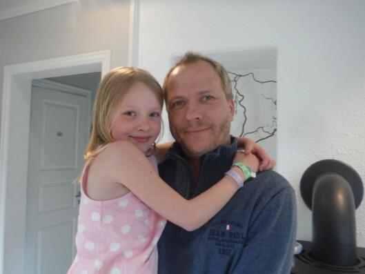 <strong>GODT MED DE NÆRE:</strong> Sønnen Roger og barnebarnet Martine (8) var en viktig støtte for Aud etter kreftdiagnosen. Foto: Privat