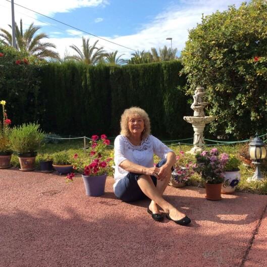 <strong>GLAD I SOL:</strong> Aud lever store deler av året under Spanias sol, men er flink til å skjerme seg. At det var mulig å få føflekkreft under foten, tenkte hun aldri på. Foto: Privat