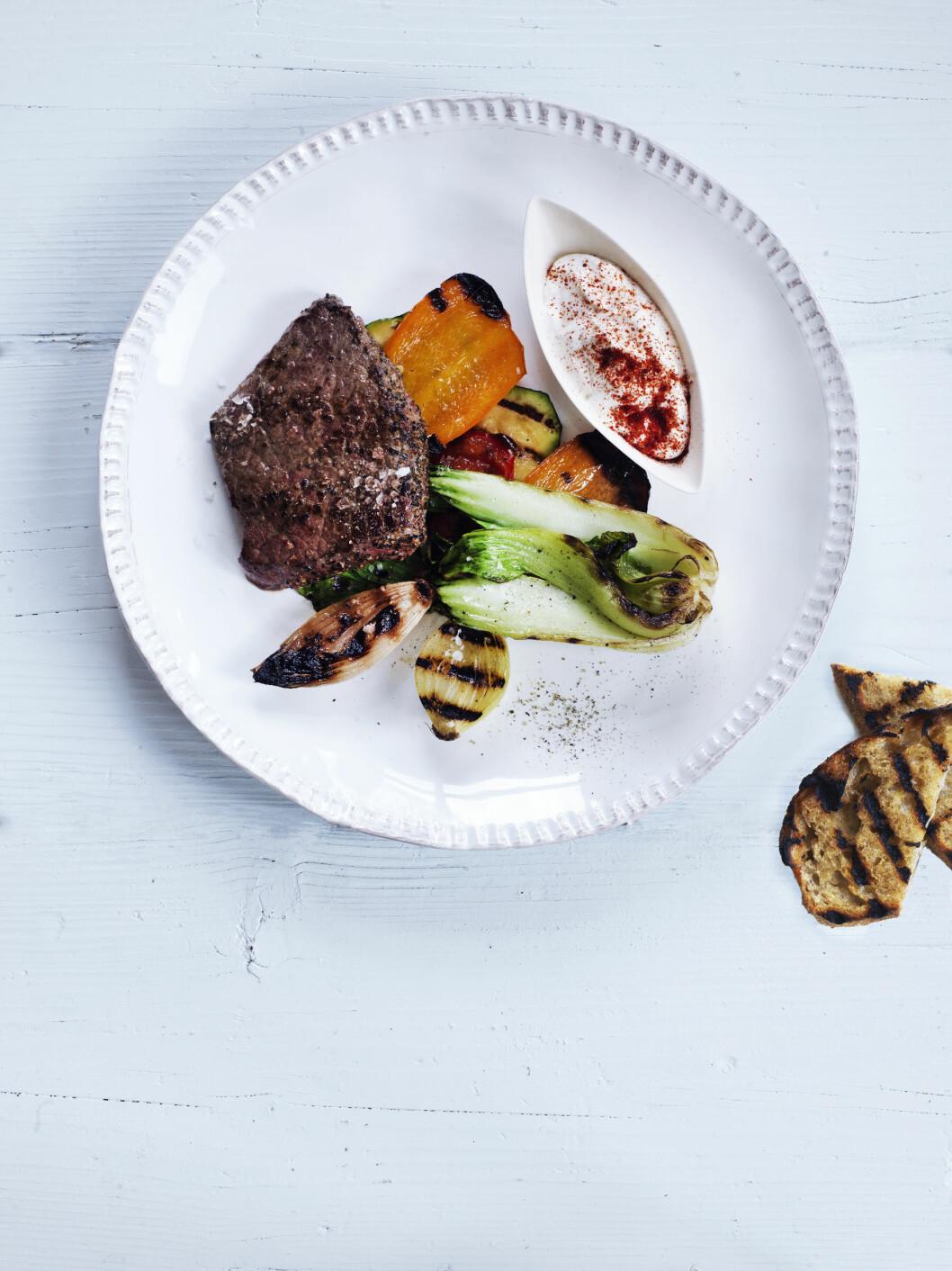 Pepperbiff med grillede grønnsaker og dipp Foto: All Over Press