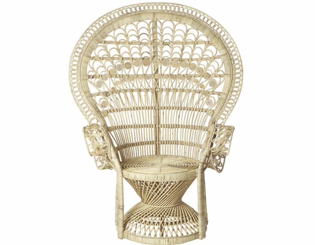 Påfuglstol for alle hippier (kr5500, dukat.se). Varianter av spisebord med bare ett bein på midten fås også hos bl.a. Ikea, Skeidar og Bolia. Foto: Produsenten
