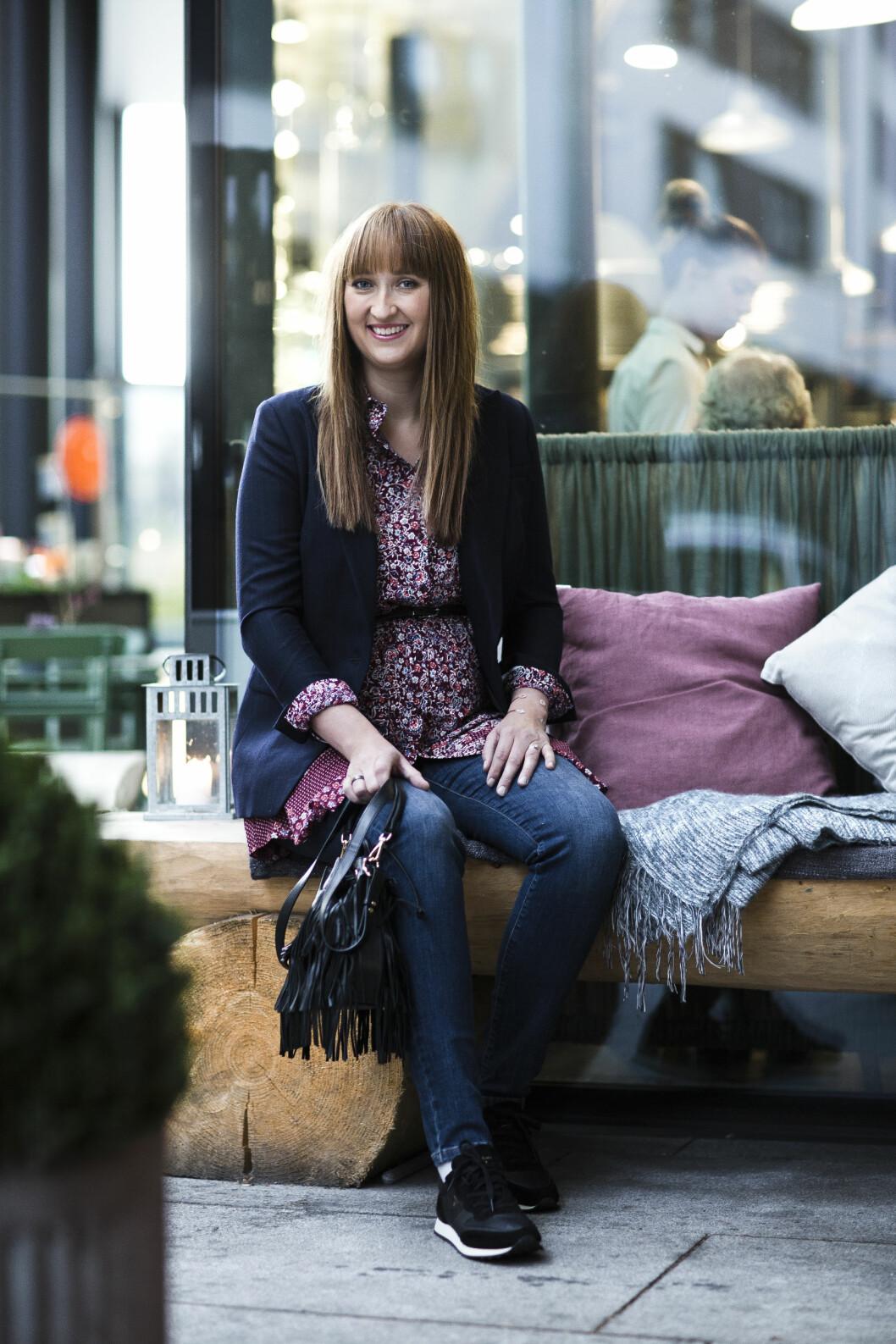 <strong>KJOLE TIL HVERDAGS:</strong> Ved å bruke jeans under kjolen, blir antrekket både pent og avslappet. Foto: Astrid Waller