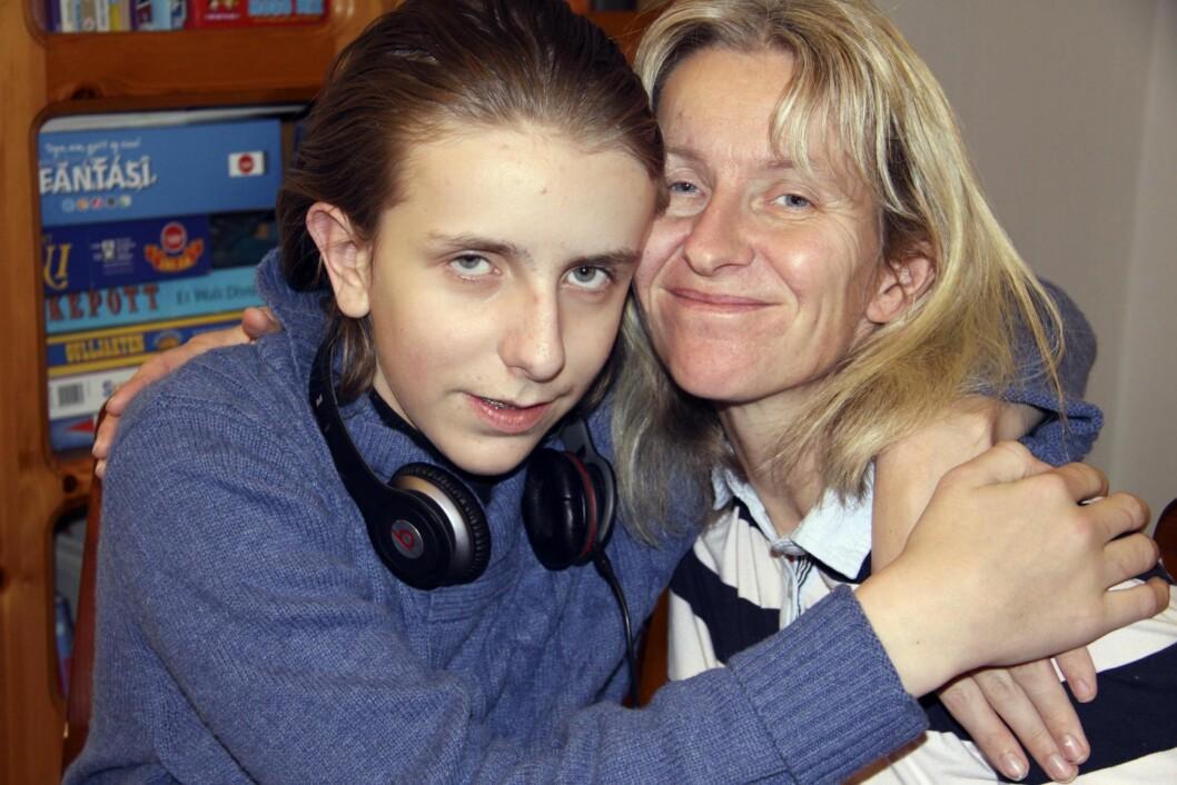 <strong>NÆRT FORHOLD:</strong> Berøring er viktig når Berit kommuniserer med sønnen Haldor (14), datteren Hanne Sofie og også alle andre. Foto: Lars O. Gulbrandsen