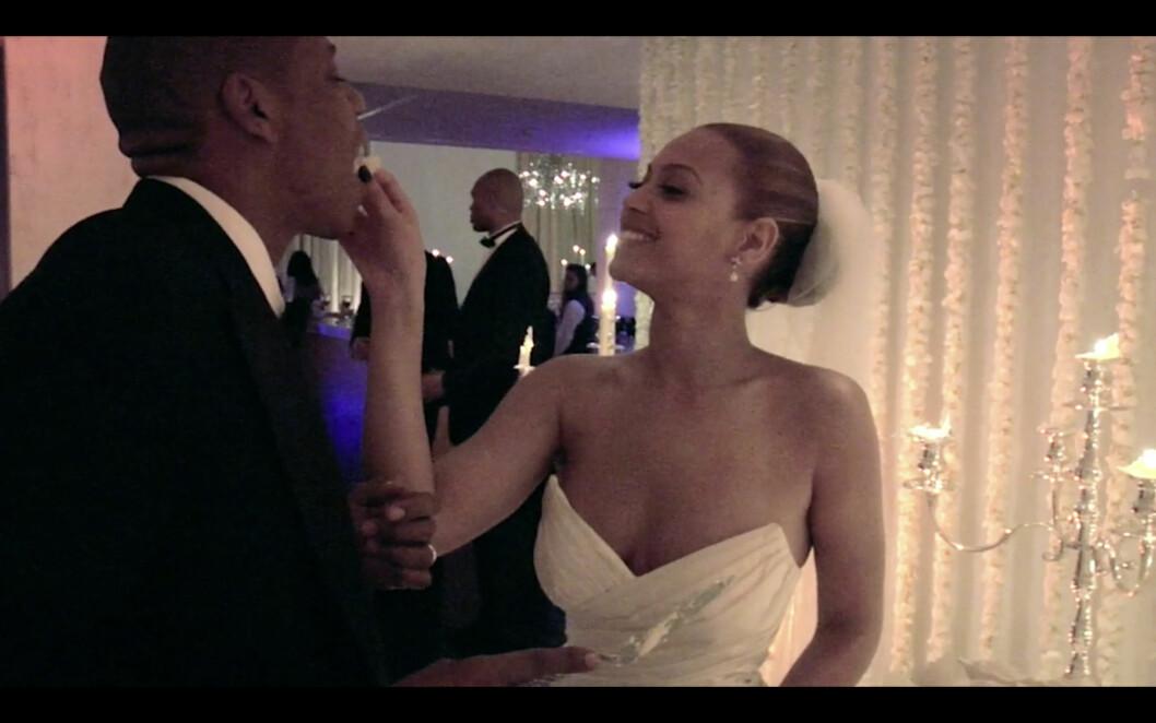 PRIVAT: Også dette arkivbildet er hentet fra en av «Lemonade»-musikkvideoene. Her mater Beyoncé ektemannen med bryllupskake. Bryllupet sto i 2008. Foto: NTB Scanpix