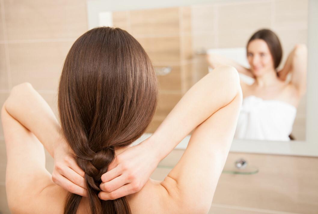SLAPP FLETTE: For de med langt nok hår anbefaler frisørene at man samler håret i en slapp flette for å unngå at det blir slitt. Foto: Shutterstock / Maryna Pleshkun