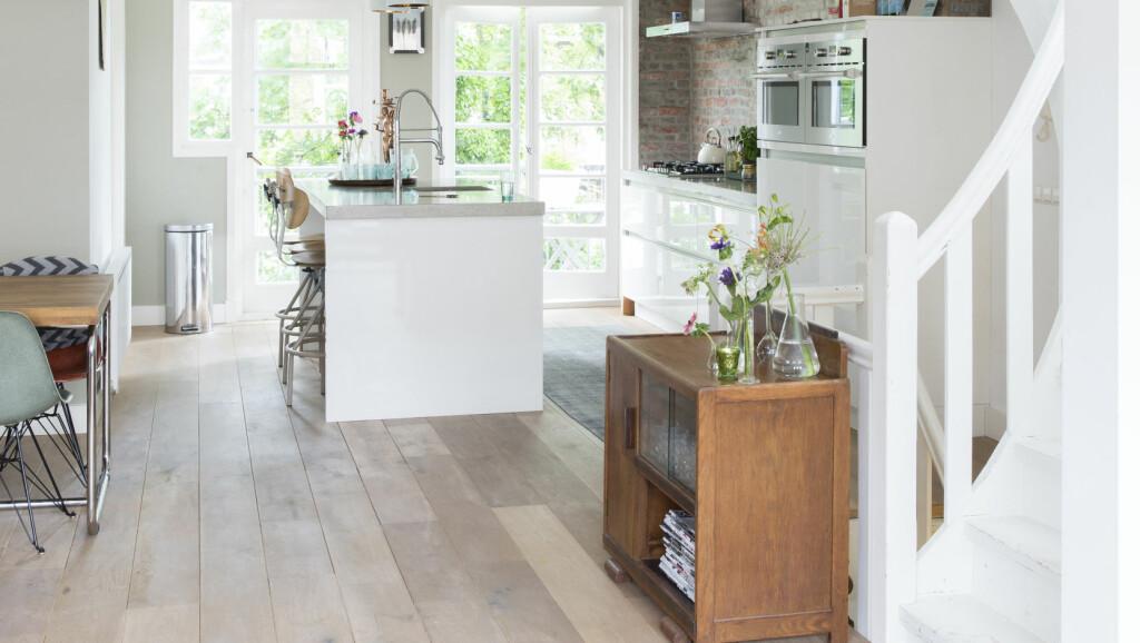 PUSSET OPP: En fin miks av moderne innredning og vintagemøbler gjør det lyse, lekne hjemmet særegent og koselig.   Foto: Margriet Hoekstral