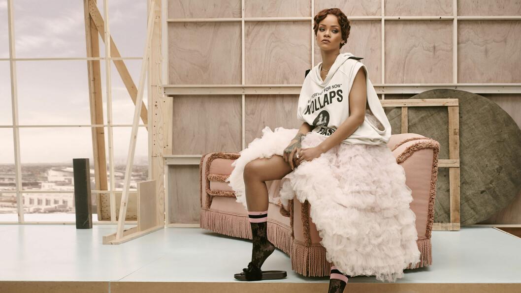 """<strong>ATHLEISURE:</strong> Rihanna poserer i et antrekk inspirert av den mye omtalte stilen """"Athleisure"""". Her skal det altså se ut som om du skal på trening, og du skal fint kunne bruke det til både hverdag og kveld. Sangstjernen har her kombinert treningstøyet med en rosa ballerinaskjørt! Foto: Splash News"""
