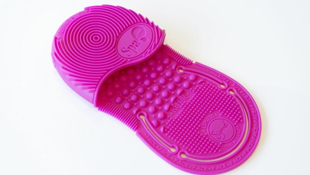 RENSER SMINKEKOSTER: Denne rosa saken fra Sigma til 200 kroner skal du ha på hånden din som en hanske og bruke når du renser kostene dine. Foto: Per Ervland