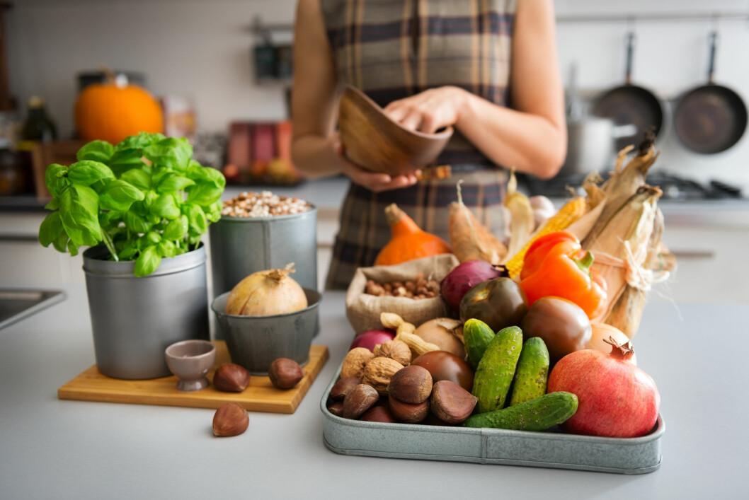 MIDDELHAVSKOST: Middelhavsdietten med frukt og bær, mye grønnsaker, helkornsprodukter, nøtter, olivenolje og sjømat er svært godt for hjernen. I tillegg til stivelsesholdige matvarer som også er hjernens drivstoff. Foto: Shutterstock / Alliance