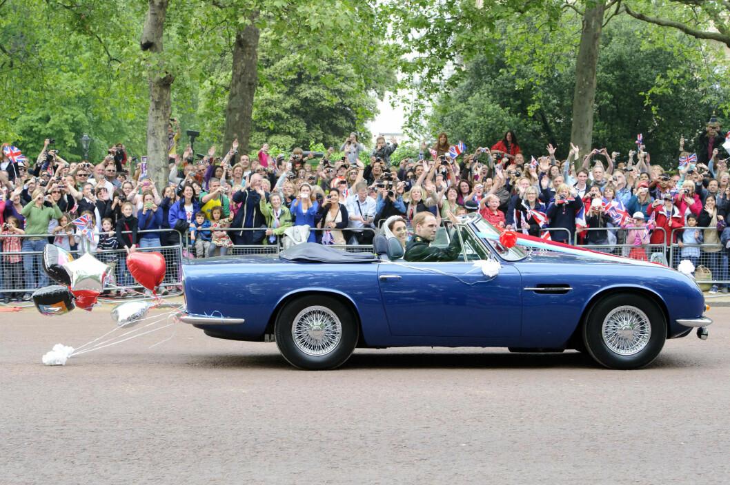HYLLEST: Det var prinsen selv som kjørte seg og sin nybakte hustru til deres felles hjem i en strøken sportsbil - som prinsens far, prins Charles, fikk i 21-årsgave. Foto: NTB Scanpix