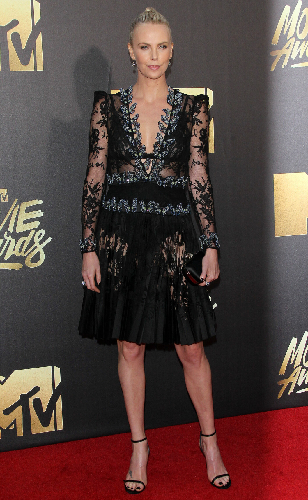 SORT BLONDER: Charlize Theron gikk for å relekker kjole i sort blonder.    4/9/16, Burbank, California, United States of America  Broadimage Newswire Los Angeles 1+  (310) 301-1027 New York      1+  (646) 827-9134 sales@broadimage.com http://www.broadimage.com Foto: Broadimage