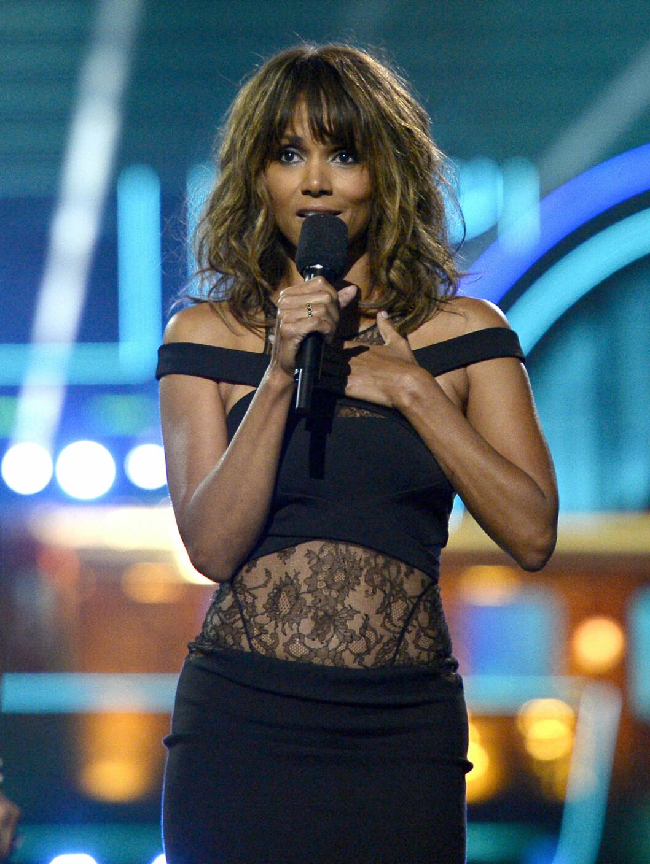 SEXY I SORT: Halle Berry så råsexy ut da hun entret scenen under MTVs Movie Awards 2016.  Foto: Ap