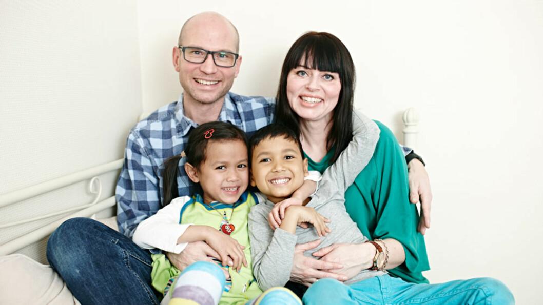SAMLET FAMILIE: Endelig er det de fire, samlet i samme hjem: Nils og Nina med Marie og Mats.  Foto: Geir Dokken
