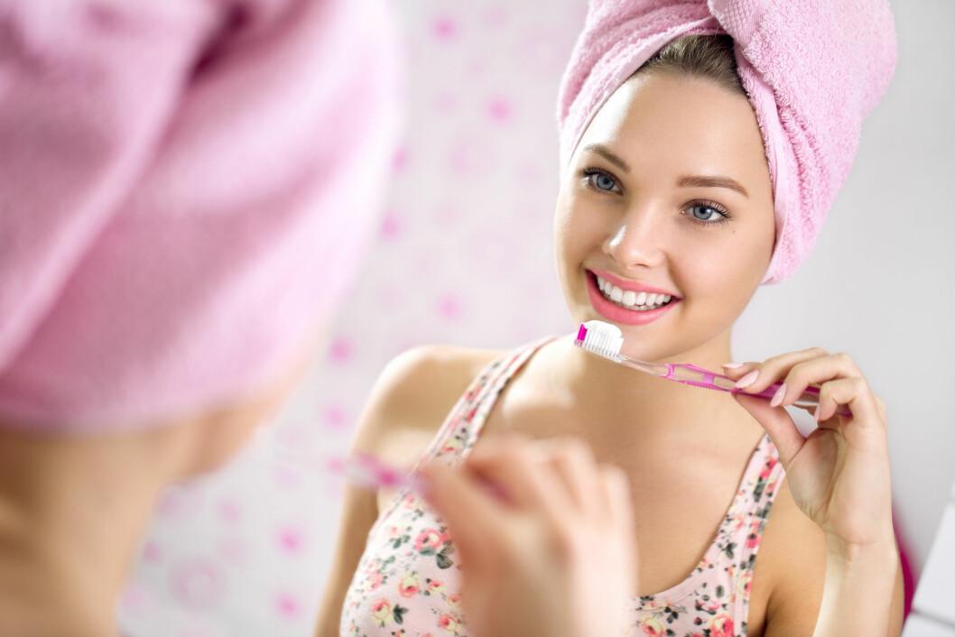 ÉN LITEN STRIPE: Mange fyller i god tro hele tannkosten med tannkrem. Det er ikke nødvendig. Foto: Shutterstock / Lucky Business