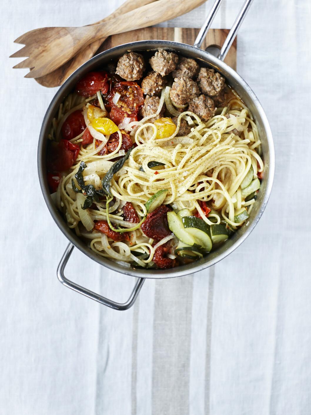 Alt i et gryte med spagetti, kjøttboller og tomater Foto: All Over Press