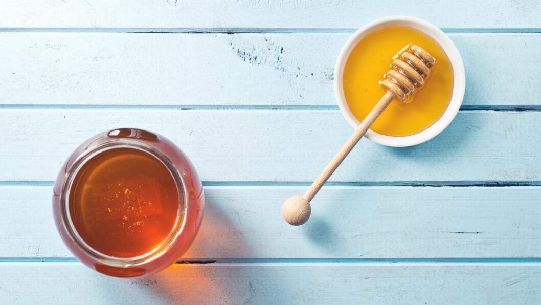 ER HONNING SUNNERE ENN SUKKER?: Mange har fått det for seg at honning er sunnere å bruke i matlagingen enn sukker, men stemmer egentlig dette?  Foto: Shutterstock / Jiri Hera