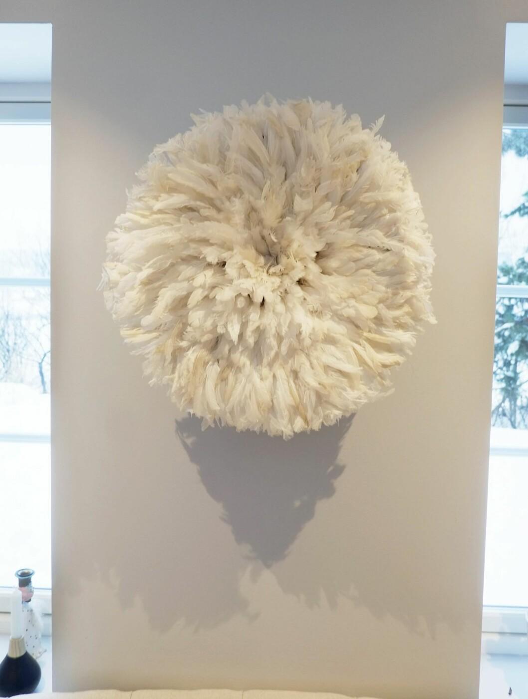 DETALJ: På veggen i stua henger en «juju-hatt» fra Kenya. Anne Britt fant den på nett. Foto: Hege Landrø Johnsen