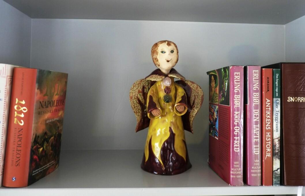 REISEMINNE: Engelen i bokhylla fant de i Marokko. Foto: Hege Landrø Johnsen