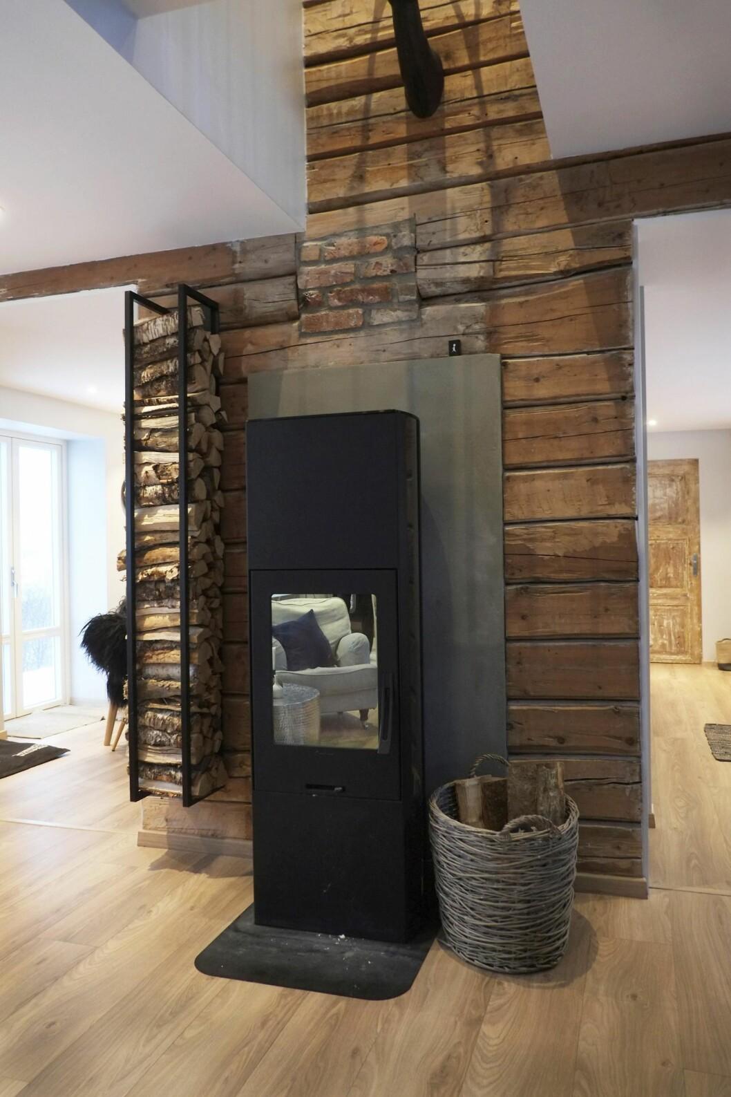 VARMEKILDE: Husets gamle etasjeovner er nå erstattet av en ny. Det gamle tømmeret skaper en stemning fra fordums dager. Foto: Hege Landrø Johnsen