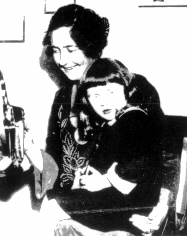 MOR: Agatha med datteren Rosalind  i 1926. Selv om foreldrene ble skilt og Rosalind bodde hos moren, hadde hun mye kontakt og et nært forhold til faren.  Foto: NTB-Scanpix