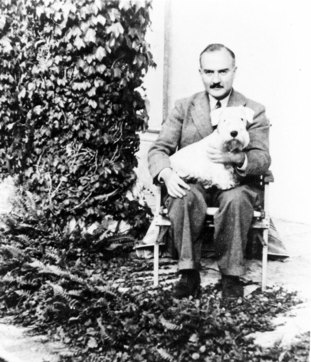 EKTEMANN TO: Sir Max Mallowan var en kjent engelsk arkeolog, men ble mer kjent som Agatha Christies andre ektemann. Her er han fotografert rundt 1950.  Foto: NTB-Scanpix