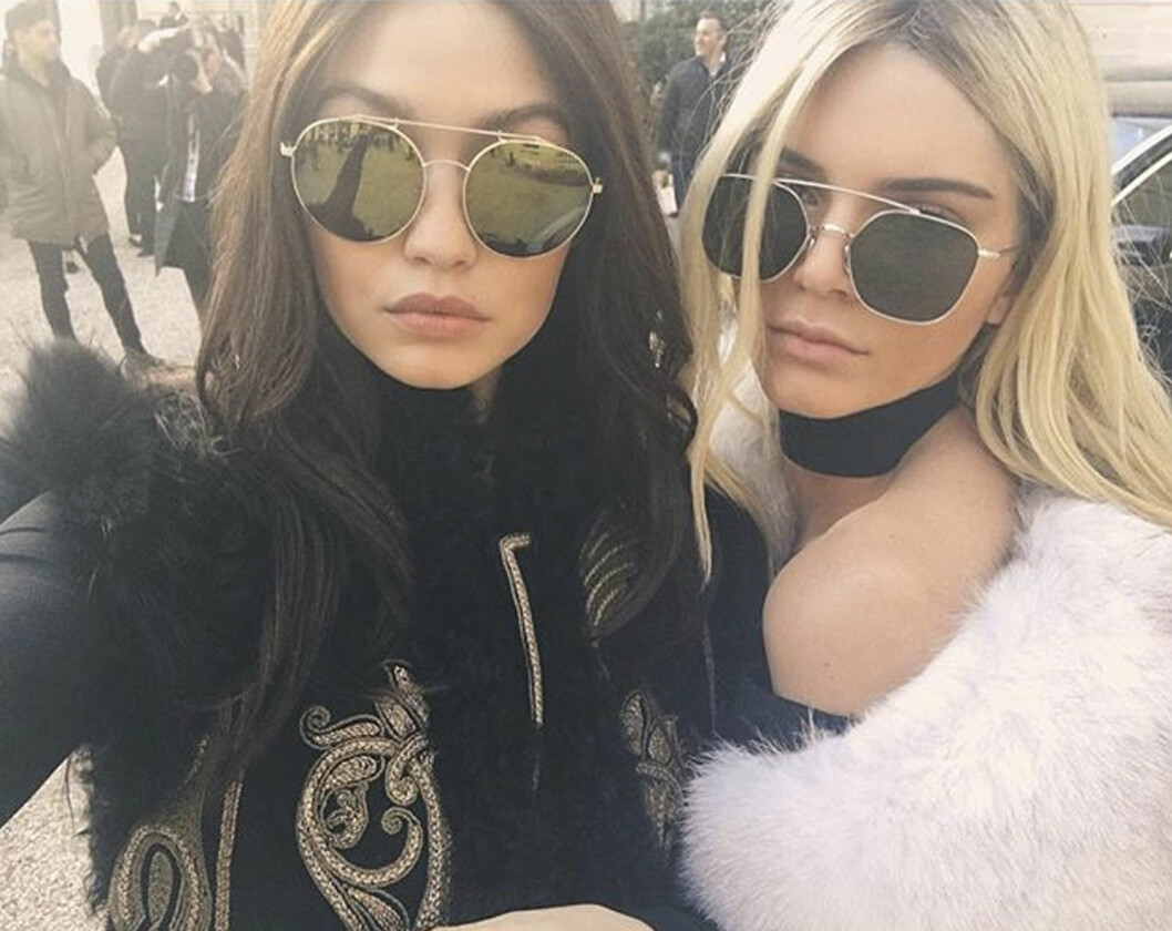 <strong>BYTTET HÅRFARGE:</strong> Gigi Hadid (t.v.) ble brunette og Kendall Jenner (t.h.) ble blondine for en dag under Paris Fashion Week! Foto: Xposure