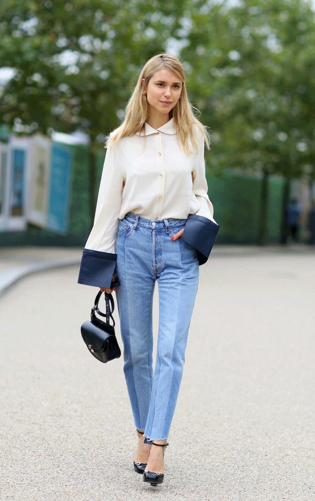 ANKELLENGDE: Pernille Teisbaek viser deg hvordan de perfekte, lyse jeansene i ankellengde skal se ut! Foto: Scanpix