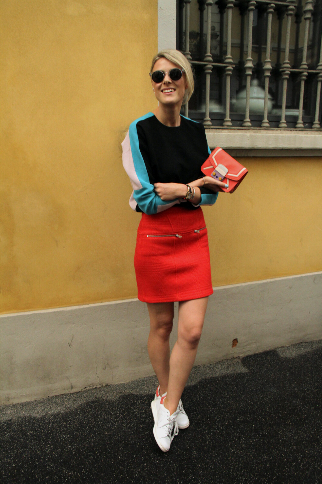 <strong>MINISKJØRT:</strong> Vi elsker denne fargesprakende looken fra blogger Sofie Valkiers. Foto: DPA