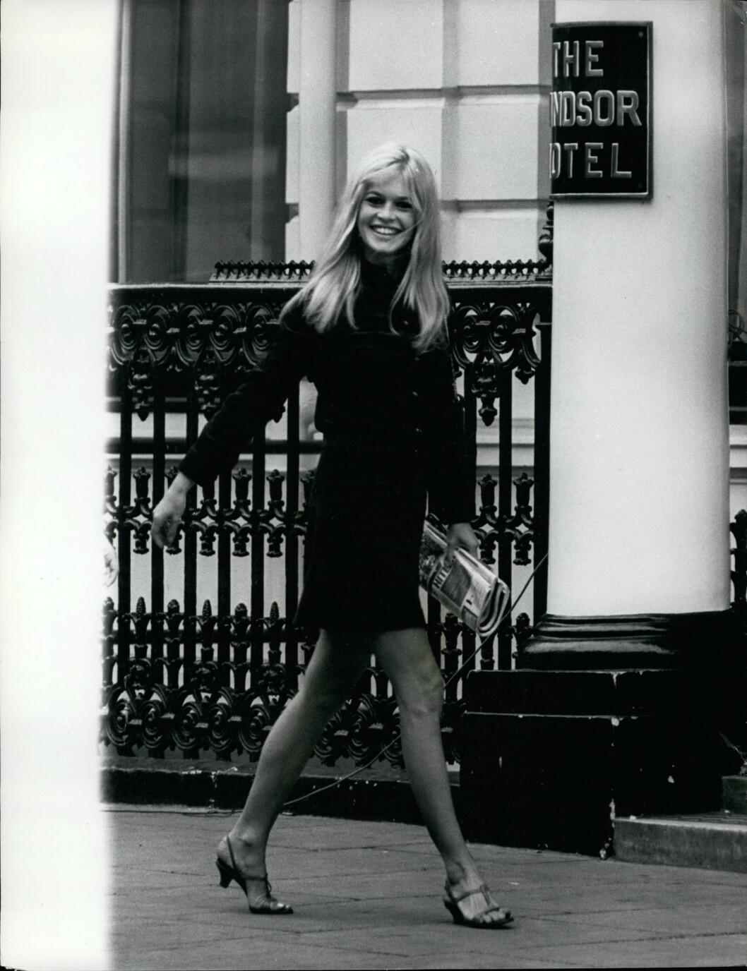 1967: Vakre Brigitte Bardot viser hvordan kvinner på 60-tallet brukte miniskjørtet! Hot, hot, hot! Foto: Zuma press