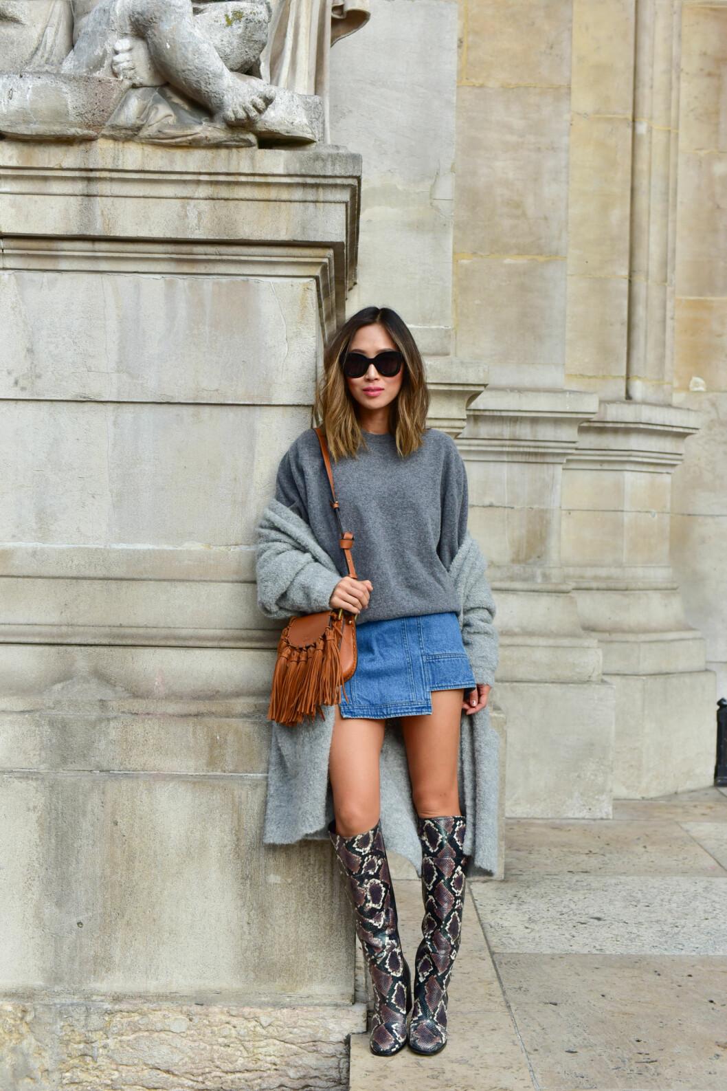 <strong>DENIMSKJØRT:</strong> Aimee Song kombinerer denimskjørtet med superkule boots, en tjukk genser og en kardigan! Så enkelt og så kult. Foto: DPA