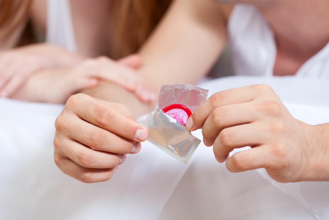 BESKYTTELSE: Akkurat som med andre kjønnssykdommer smitter denne infeksjonen ved seksuell kontakt, og kondom vil derfor kunne beskytte mot smitte. Foto: Shutterstock / Photographee.eu