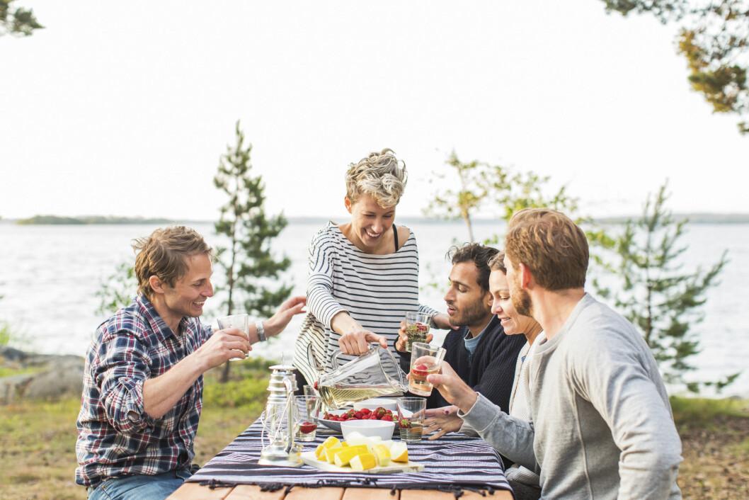 SOSIALT: Middagslaging - og spising - skal både være sosialt og gøy! I helgen kan du lære deg å lage malaysisk mat i Stavanger som du kan servere venner og familie. Foto: NTB Scanpix