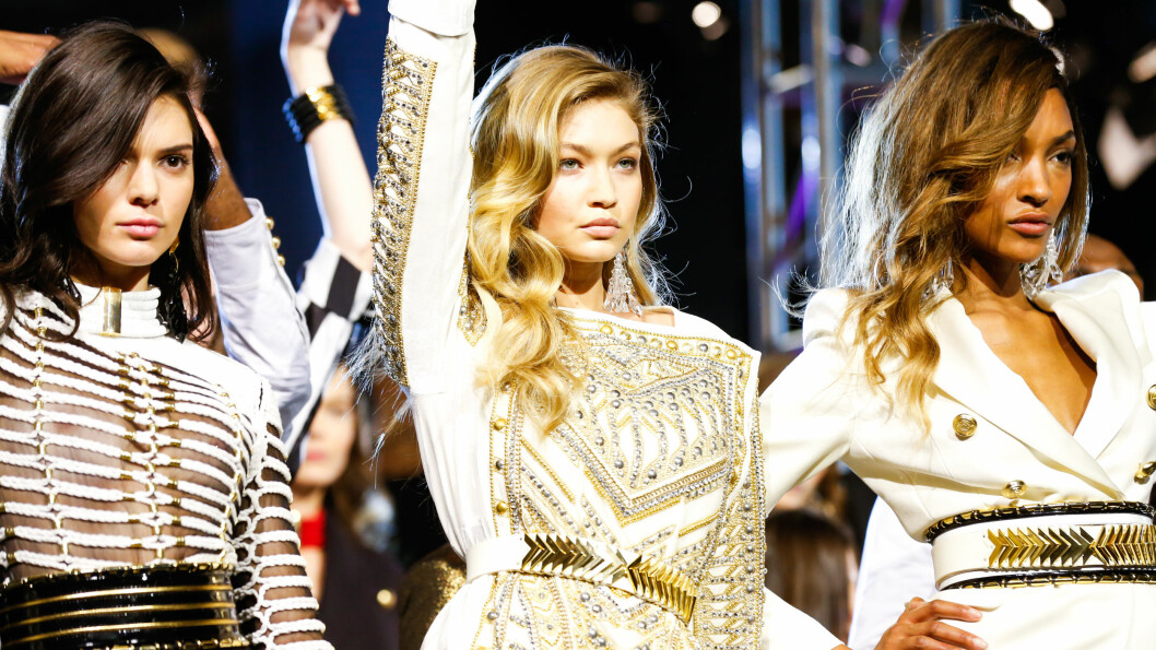 H&M STUDIO: (f.v.) Kendall Jenner (20), Gigi Hadid (20) og Jourdan Dunn (25) poserer på catwalken etter Balmain x H&M-visningen i høst. Det er mye mulig du vil se dem på catwalken til H&M i Paris i dag når H&M skal vise frem sin nye studio-kolleksjon. Foto: SipaUSA