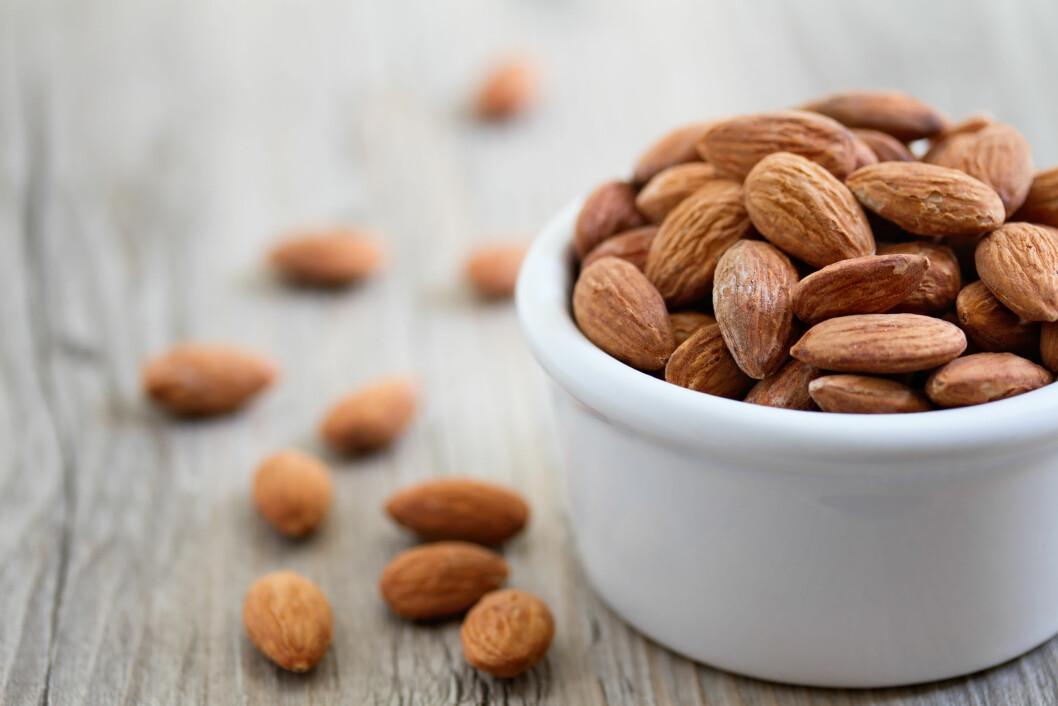 FULLT AV KALORIER: Nøtter inneholder mer kalorier enn godteri. Anbefalt daglig inntak er rundt 10-12 nøtter.  Foto: Shutterstock / sumikophoto