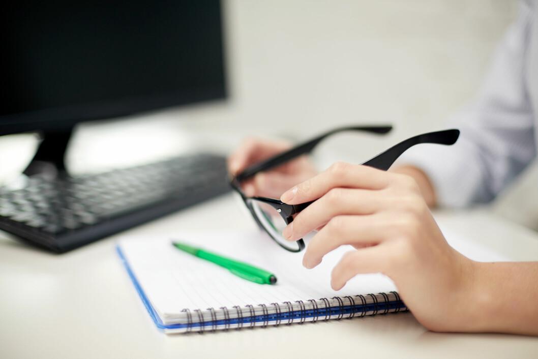 DATABRILLER: Alle over 40 år som tilbringer mye av arbeidsdagen foran datamaskinen bør ta en synstest for å sjekke om de trenger databriller. Foto: Shutterstock / Syda Productions
