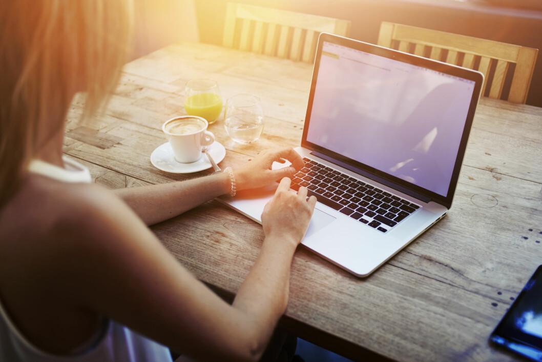 FOKUS: Øynene våre er ikke skapt for lange dager foran dataskjermen, og kan være en utløsende årsak til at stadig flere blir nærsynte. Foto: Shutterstock / GaudiLab