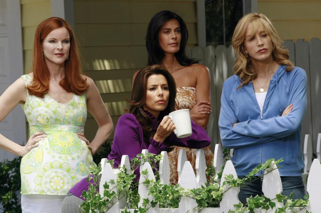 IKKE SÅ SAMMENSVEISET: Ifølge Eva Longoria (foran) var Teri Hatcher (bak i midten) en ensom ulv da de jobbet sammen på «Desperate Housewives»-settet. Foto: wenn.com
